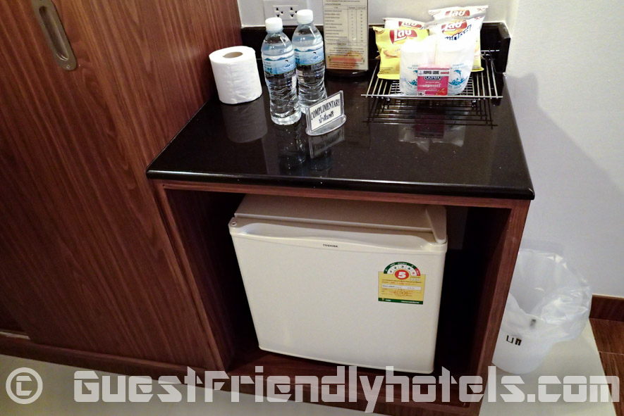 Mini-bar area at the Flipper Lodge