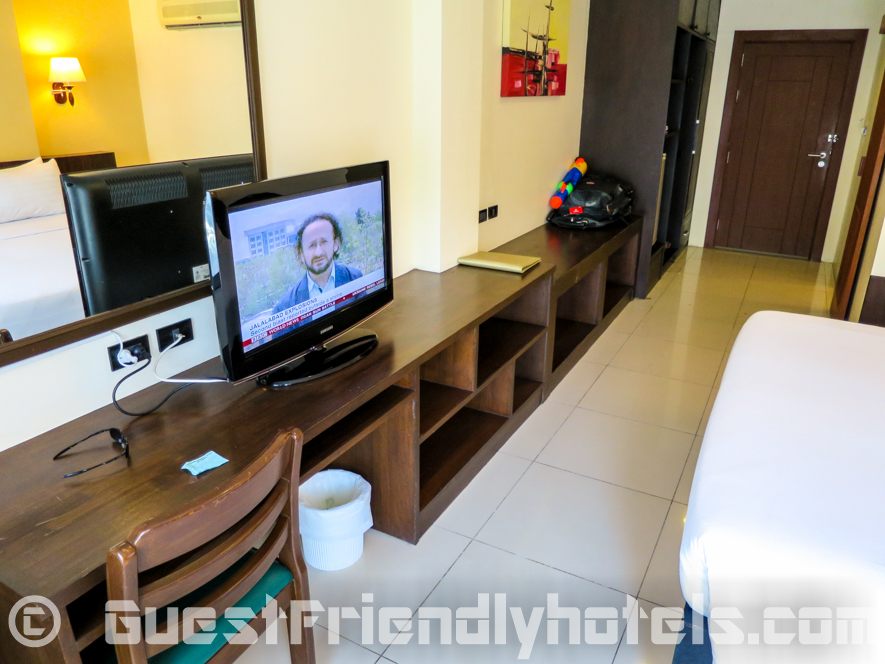 The flatscreen TV and small desk area at Executive Nouveau room inside Baywalk Residence