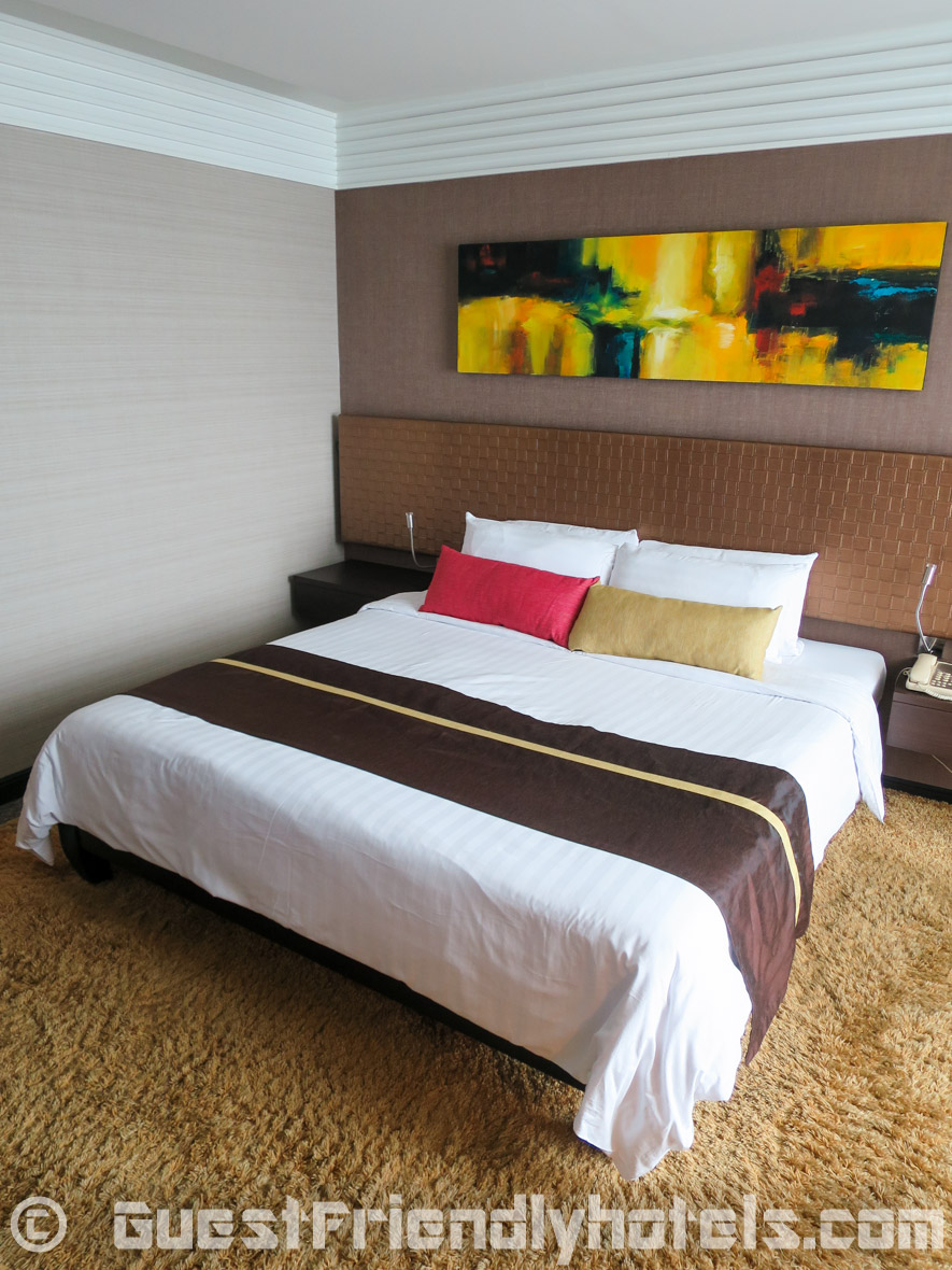 Very comfortable big Double bed inside Majestic Grande Hotel in Bangkok